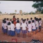 Un membro del Movimento Umanista nel dopo scuola con i bambini