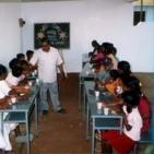 Pranzo con i bambini sostenuti e le loro famiglie