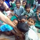 incontro bambini sostenuti tusnami