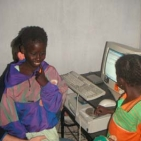 bambine incuriosite dai computer