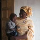 bambino sostenuto a Toubab Dialaw