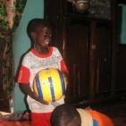 consegna regalo per uno dei bambini sostenuti2