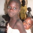 ragazzina senegalese con il fratellino