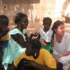 visita di una volontaria alla famiglia della bambina sostenuta 2