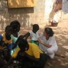 visita di una volontaria alla famiglia della bambina sostenuta