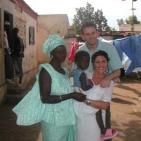 volontari con la mamma della bambina sostenuta