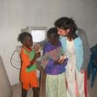 volontaria con delle bambine di Toubab Dialaw