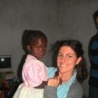 volontaria con la bambina che sostiene a distanza