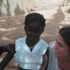 volontaria con la bambina sostenuta a Toubab Dialaw