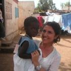 volontaria con la bambina sostenuta