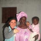 volontaria con la mamma della bambina che sostiene