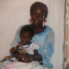 volontaria di Toubab Dialaw con la sua bambina