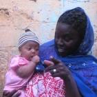 volontaria senegalese con la sua bambina