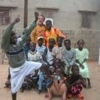 volontario con un gruppo di bambini sostenuti